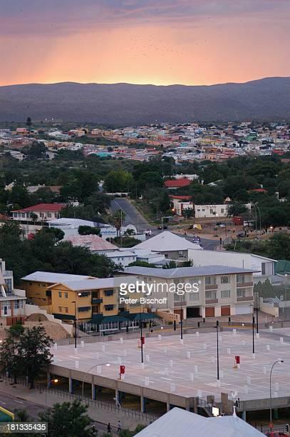 Blick auf Windhoek Hauptstadt von Namibia Afrika ProdNr 109/2006 Sonnenuntergang Abendstimmung Gebäude Strassen Reise