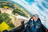 Ausblick aus einem Segelflugzeug im Fluge über gelben Rapsfeldern
