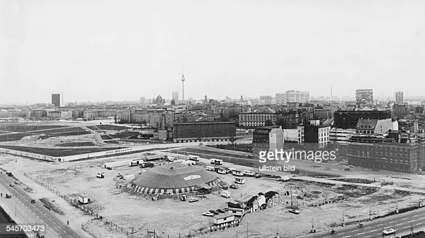 Blick aus erhöhter Sicht auf das'Tempodrom' am Potsdamer Platz 1980