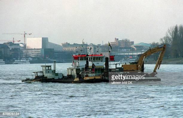 Blick über den Rhein auf die Oper in Bonn im Vordergrund ein Baggerschiff 00021996