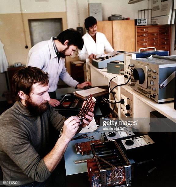 Blick in das Elektroniklabor der SektionPolytechnik an der pädagogischenHochschule Güstrow Mikrorechnergesteuerte Experimentiergerätefür den...