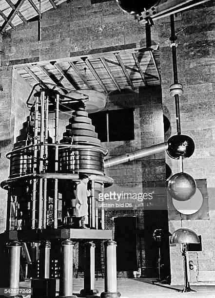 Blick in das Institut fürHochspannungsforschung der TechnischenHochschule in Neubabelsberg einTransformator 1936