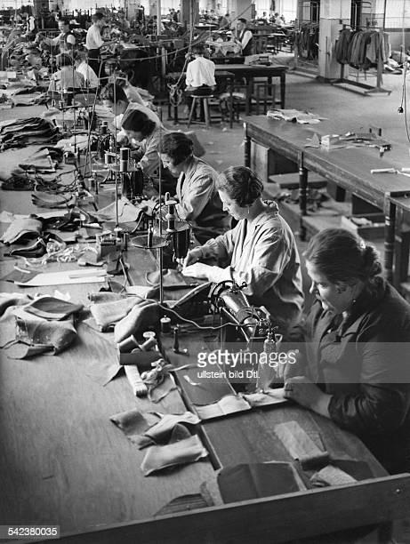 Blick in eine Schneiderei fürWehrmachtsuniformenum 1940Foto UmboKind
