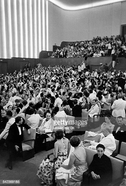 Blick in einen gefüllten Kinosaal während der Biennale 1937