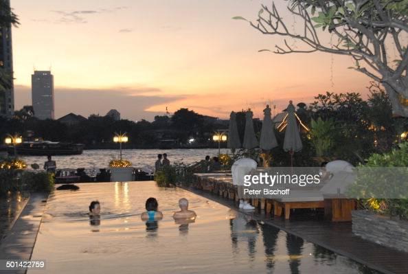 Blick vom Hotel 'Oriental' über Pool auf RestaurantTerrasse und Fluss Chao Phraya Bangkok Thailand Asien abends Beleuchtung Reise BB DIG PNr 1592/2006