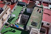 Blick vom Torre Tavira auf umliegende Hausdächer mit einem Pizza essenden Paar