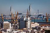 Blick vom Torre Tavira über die Altstadt auf die im Baustopp befindliche Schrägseilbrücke über die Bahia de Cádiz