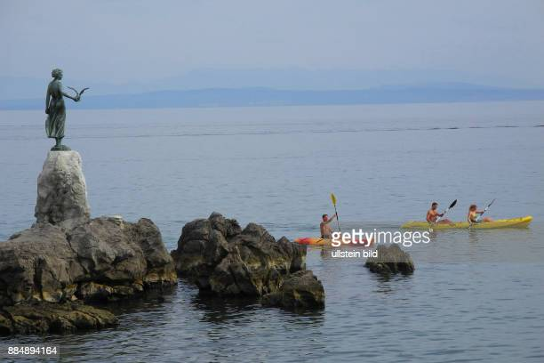 Blick von der Lungomare auf das Maedchen mit Moewe in Opatija Kvarner Bucht an der Adria
