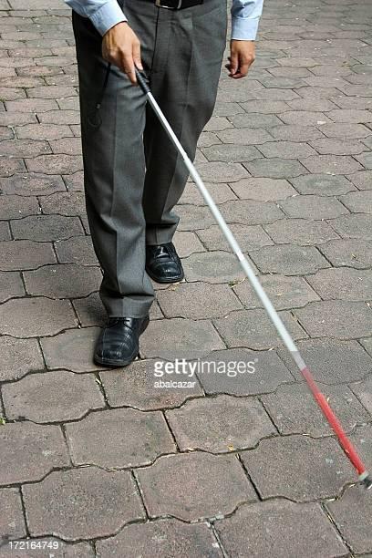Homme aveugle marche