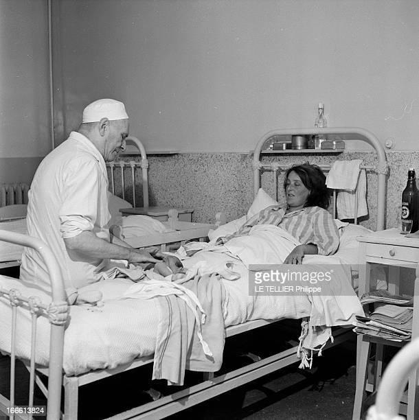 A Blind Surgeon Portrait d'un chirurgien aveugle dans l'exercice de ses fonctions il se tient au chevet d'une jeune mère qui vient d'accoucher Assis...
