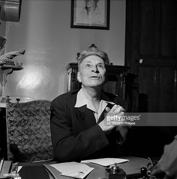 A Blind Surgeon Portrait d'un chirurgien aveugle dans l'exercice de ses fonctions Portrait du chirurgien dans son bureau assis à sa table de travail...