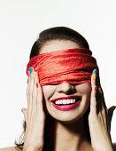 Mit verbundenen Augen Mädchen mit hellen Nagellack