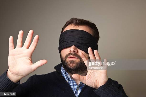 Blindfolded homem perdido