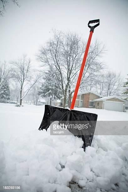 Schneesturm und Schneeschaufel