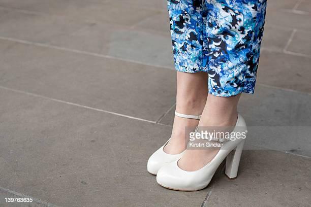 Chaussures à Bout Rond Et Boucle Photos et images de ...