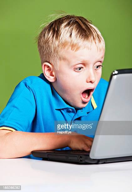 Blondes 9 Jahre sind betroffen von Bild auf laptop