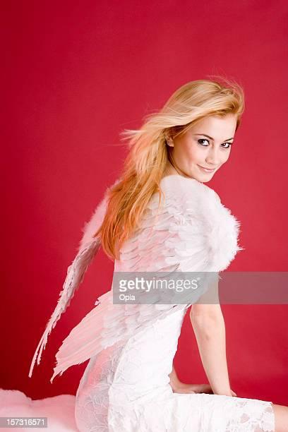 Ange blonde en robe blanche