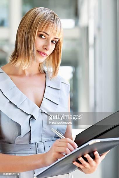 Blonden Geschäftsfrau Notizen