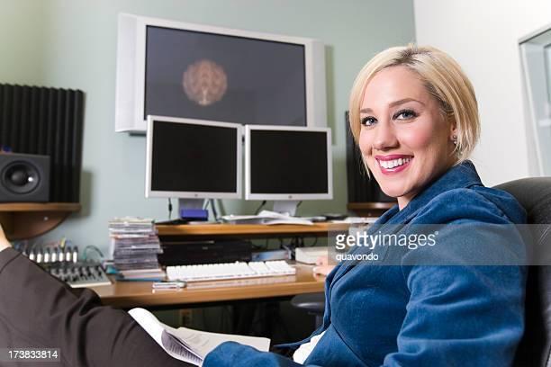 Blonde Femme d'affaires travaillant avec le multimédia, l'utilisation des ordinateurs