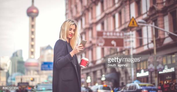 Blonde Mädchen auf der Straße SMS