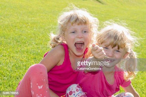 金髪少女の芝生 : ストックフォト
