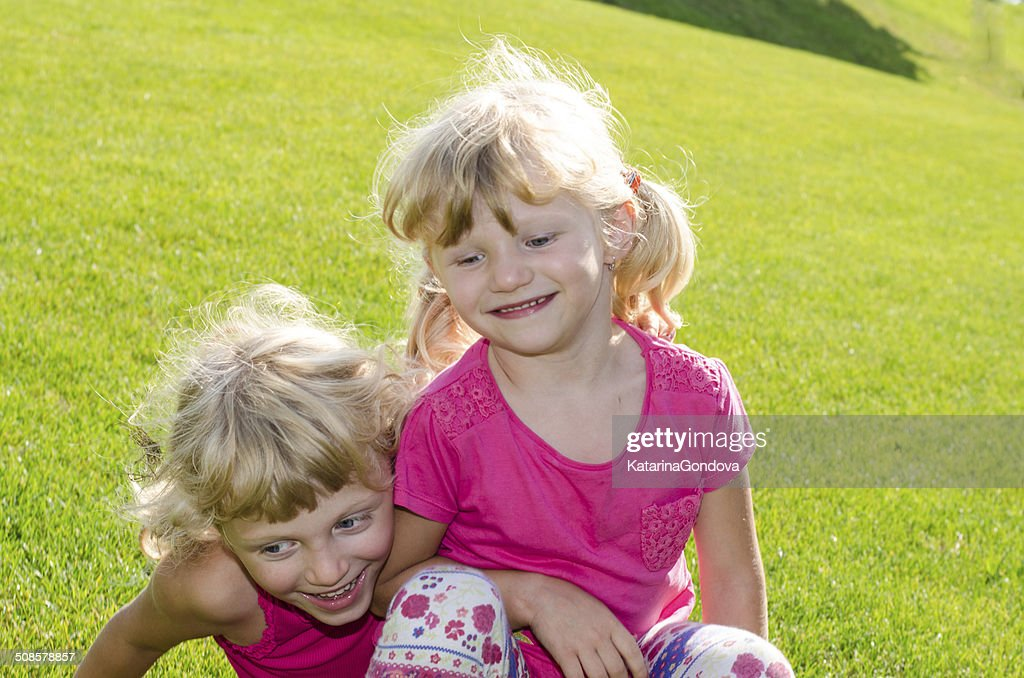 blond girls on grass : Bildbanksbilder