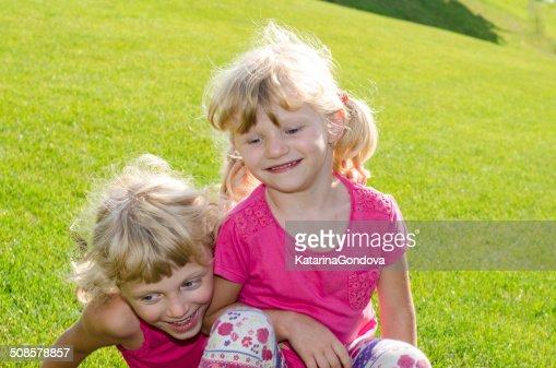 blond girls on grass : Bildbanksbilder
