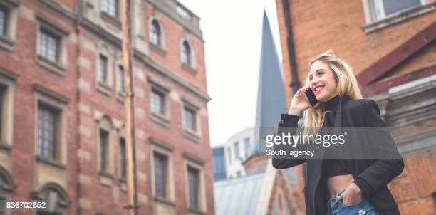 Blonden Gespräche über Handy