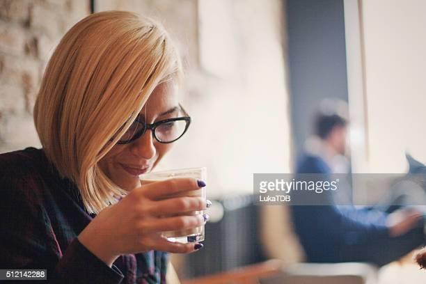 Capelli biondi donna che si diverte in un Bar