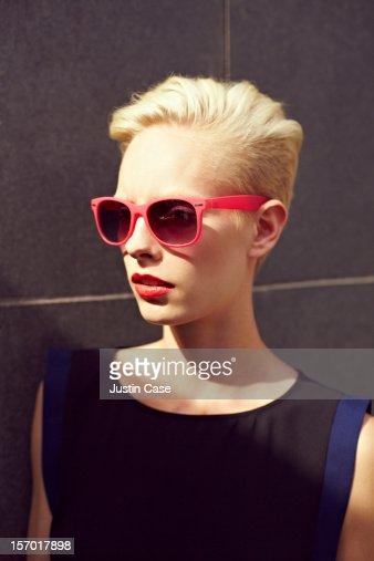 A blond woman wearing sunglasses : ストックフォト