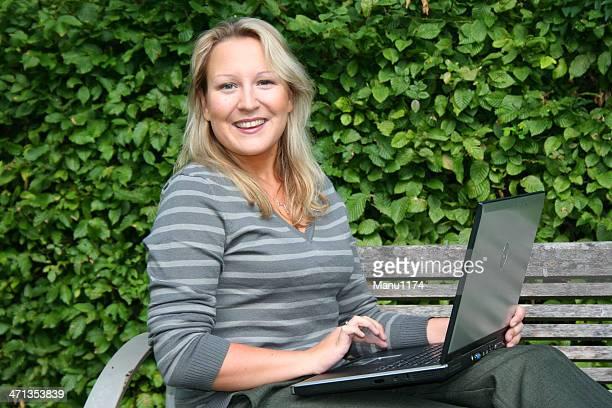 Rubia mujer con ordenador portátil