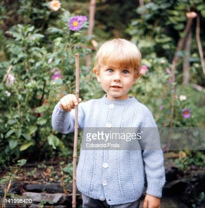 Blonde boy holding stick : Foto de stock