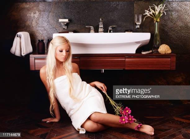 Biondo ragazza in un bagno moderno
