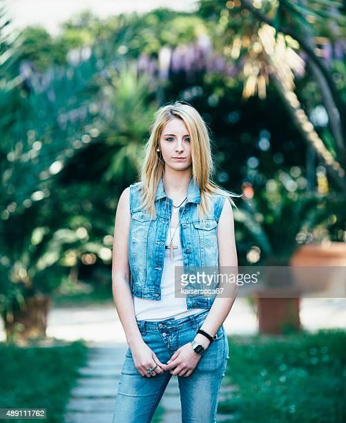 Fille Blonde posant dans le jardin