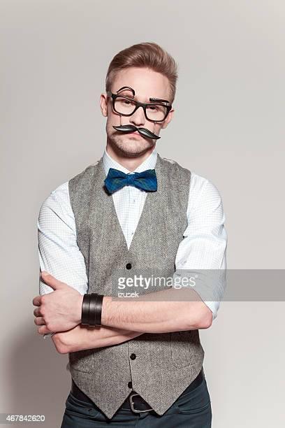 Loira homem vestindo tweed Colete, laço e engraçado Óculos