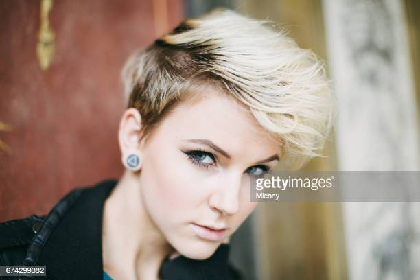 Blonde Punk-Stil ausgeflippte junge Frau Portrait