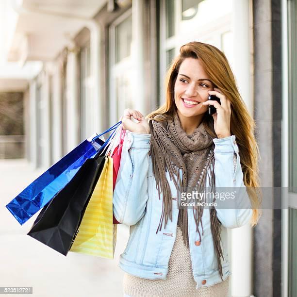 ブロンドのショッピング、電話で話している