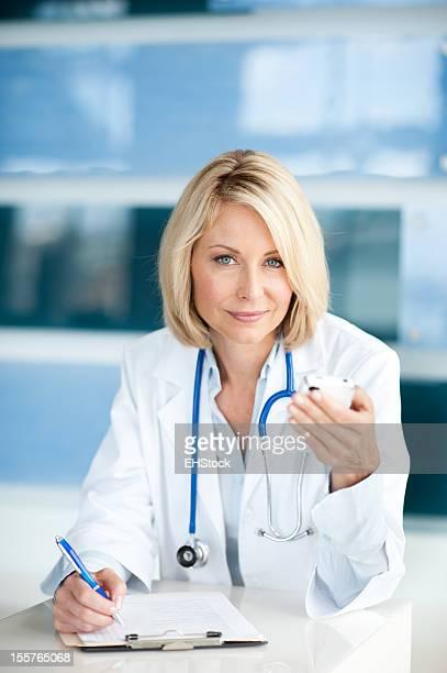 ブロンドの女性医師のオフィス