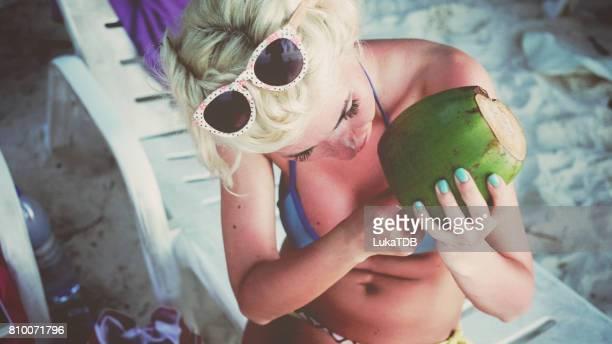 Blonde Frau Finger-picking frischen Kokosnuss Reste