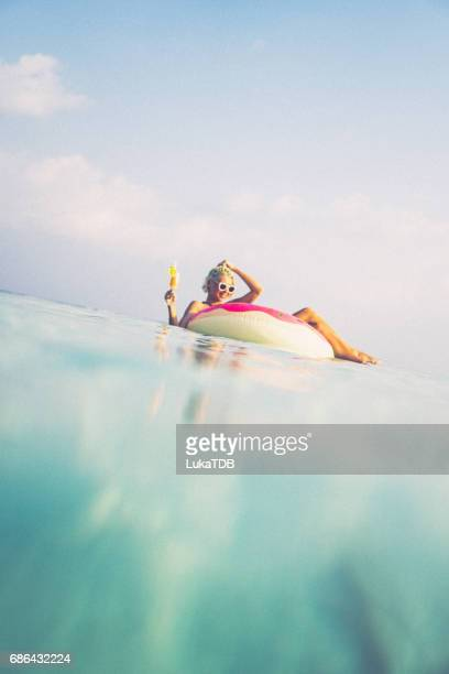 Blonde Frau schweben im Ozean, Malediven