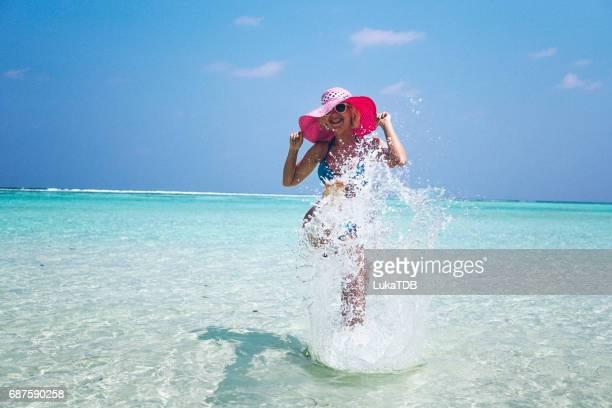Blonde Frau viel Spaß auf den Malediven