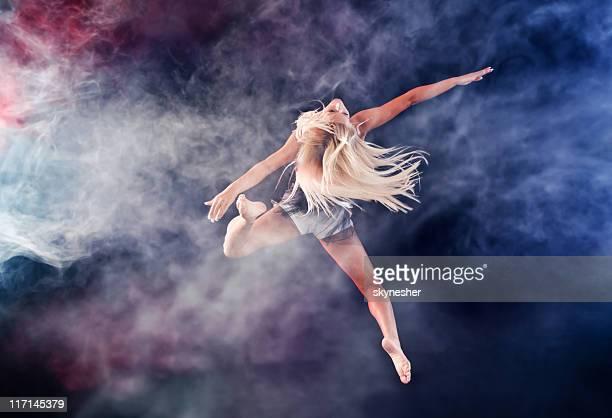 Femme blond, sauter à travers le brouillard.