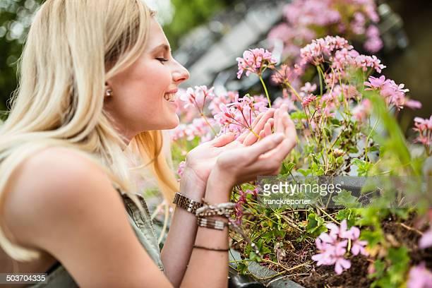 Rubia mujer que huele las flores