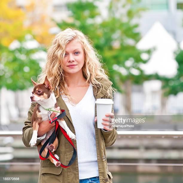 Blonde Frau zu Fuß mit ihr Chihuahua Hund-IV