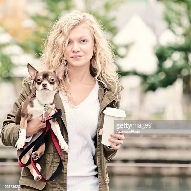 Blonde Frau zu Fuß mit ihr Chihuahua-dog