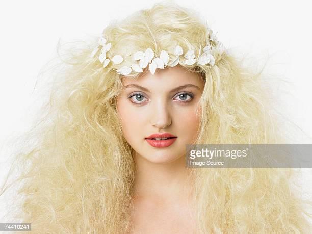Blonde femme avec coiffe amérindienne