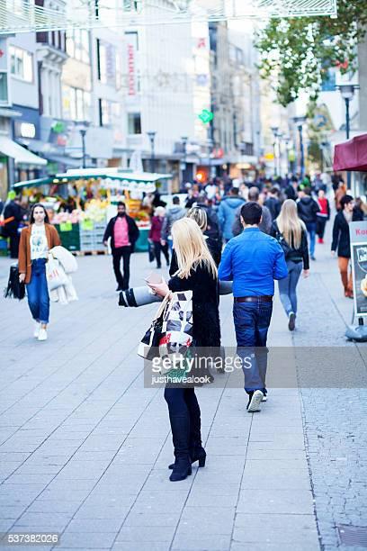 Blonde Frau mit Einkaufstasche