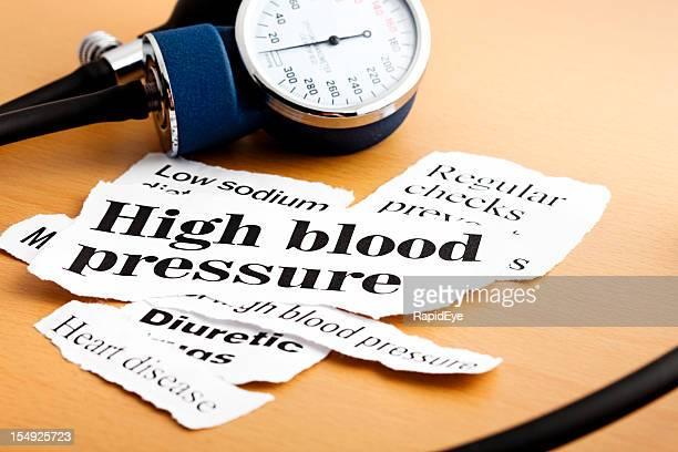 Blutdruckmesser ruht auf Zeitung Schlagzeilen über Bluthochdruck