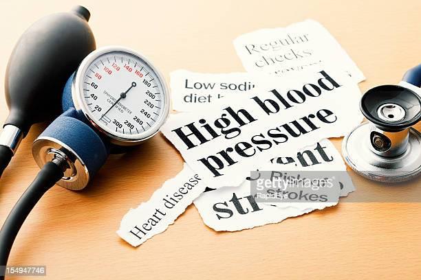 Blutdruckmesser, Stethoskop und hypertension Schlagzeilen