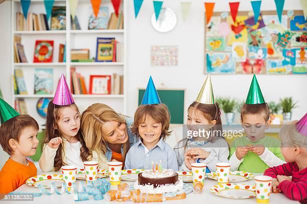 Soplar las velas de cumpleaños fuera de su